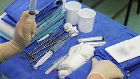 Preparazione degli strumenti sulla tavola sterile nella sala operatoria archivi video