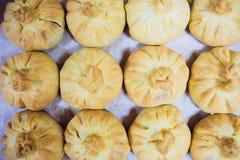 Preparazione dei belyashes Belyashi russo tradizionale delle torte di carne belyashes su una tavola Russo, Bashkir e Tartaro fotografie stock libere da diritti