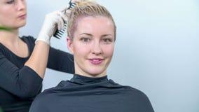 Preparazione dei capelli per mettere video d archivio