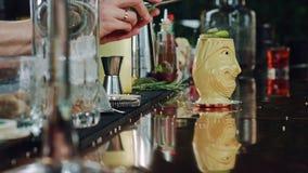 Preparazione dei cocktail alla barra stock footage