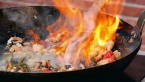 Preparazione dei frutti di mare in grande fiamma in pentola stock footage
