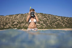 preparazione dei giovani naviganti usando una presa d'aria della donna Fotografie Stock Libere da Diritti