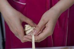 Preparazione dei glomeruli della carne Tacchino farcito, avvolto nelle strisce della pasta sfoglia Una donna avvolge una striscia Fotografia Stock