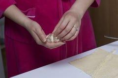 Preparazione dei glomeruli della carne Tacchino farcito, avvolto nelle strisce della pasta sfoglia Una donna avvolge una striscia Fotografia Stock Libera da Diritti