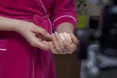 Preparazione dei glomeruli della carne Tacchino farcito, avvolto nelle strisce della pasta sfoglia Una donna sta tenendo una polp Fotografie Stock Libere da Diritti
