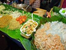 Preparazione dei noodels tailandesi del picchiettio sul mercato della strada o di Khao San fotografia stock libera da diritti