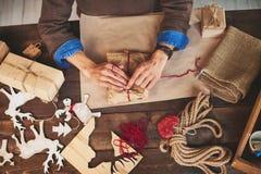 Preparazione dei regali di natale Fotografie Stock Libere da Diritti