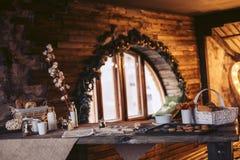 Preparazione del biscotto in una vecchia casa di legno in un'atmosfera accogliente Immagini Stock