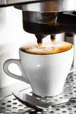Preparazione del caffè espresso Fotografie Stock Libere da Diritti