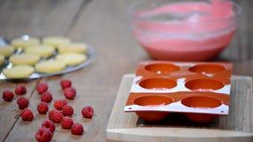 Preparazione del dolce saporito della mousse La mousse francese agglutina con la glassa dello specchio Dessert europeo moderno video d archivio