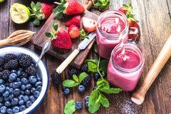 Preparazione del frullato antiossidante e di rinfresco immagini stock libere da diritti