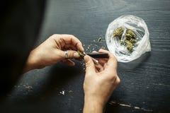 Preparazione del giunto della cannabis della marijuana Droga il concetto narcotico fotografie stock libere da diritti
