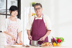 Preparazione del pasto alla cucina Fotografie Stock