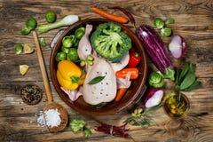 Preparazione del pollo arrosto con le verdure e le spezie, vista dalla a immagini stock libere da diritti