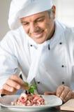 Preparazione del pranzo con attenzione immagine stock