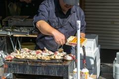 Preparazione dell'alimento al mercato ittico di Tsukiji immagine stock libera da diritti