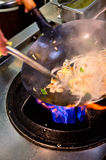 Preparazione dell'alimento in pentola del wok Fotografie Stock Libere da Diritti