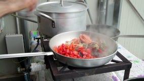 Preparazione dell'aragosta con i pomodori in una pentola stock footage