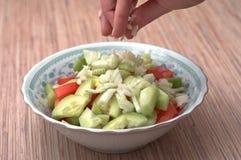 Preparazione dell'insalata al pranzo. fotografia stock