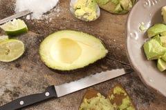 Preparazione dell'insalata dell'avocado Fotografia Stock Libera da Diritti