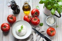 Preparazione dell'insalata di Caprese del pomodoro di estate del vegano immagini stock