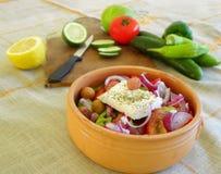 Preparazione dell'insalata greca Fotografia Stock Libera da Diritti