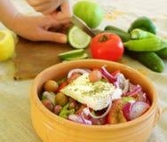 Preparazione dell'insalata greca Fotografie Stock Libere da Diritti