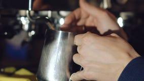 Preparazione della bevanda in macchinetta del caffè video d archivio