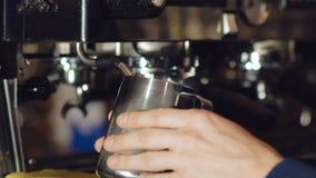 Preparazione della bevanda in macchinetta del caffè archivi video