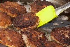 Preparazione della cena, frittura dei tagli della carne Immagine Stock Libera da Diritti