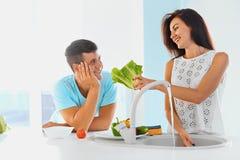Preparazione della cena Verdure amorose di lavaggio delle coppie Fotografia Stock