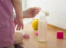 Preparazione della formula infantile immagine stock
