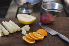 Preparazione della frutta per l'insalata di frutta Immagini Stock Libere da Diritti