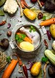 Preparazione della minestra di pollo fragrante con gli ortaggi freschi Fotografia Stock