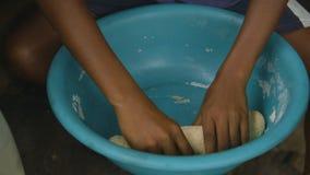 Preparazione della pasta della protezione al villaggio locale di Moresby archivi video