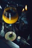 Preparazione della pozione magica Bevande di Halloween Immagine Stock Libera da Diritti