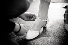 Preparazione della sposa alle nozze fotografia stock