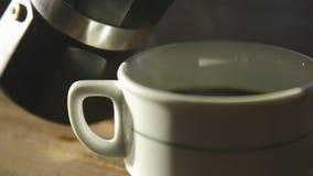 Preparazione della tazza di forte caffè di recente preparato del caffè espresso facendo uso di un geyser del caffè della bevanda  stock footage