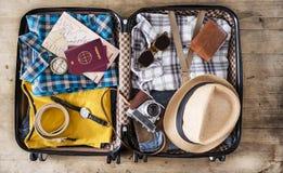 Preparazione della vista dell'angolo alto della valigia di viaggio immagine stock libera da diritti