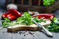 Preparazione delle spezie e delle erbe fresche Immagini Stock