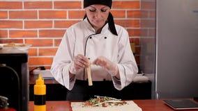 Preparazione dello shawarma invece di alimenti a rapida preparazione stock footage