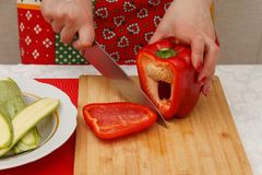 Preparazione di alimento - peperoni dolci di taglio Fotografia Stock