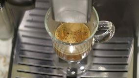 Preparazione di caffè nel caffè espresso della macchina del caffè, fine su Il caffè fresco dalla macchina del caffè entra in a Immagini Stock