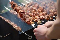 Preparazione di carne su fuoco fotografia stock