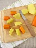 Preparazione di cibo da mangiare con le mani dalle verdure per i bambini Immagine Stock