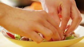 Preparazione di insalata di verdure Primo piano archivi video