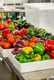 Preparazione di verdure in cucina Immagini Stock Libere da Diritti