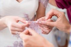 Preparazione e vestirsi della sposa Fotografia Stock Libera da Diritti