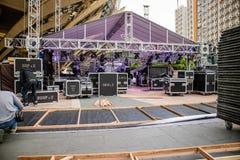 Preparazione ed installazione in tensione della fase di concerto di musica Fotografia Stock