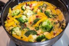 Preparazione fritaty con le verdure in una pentola Immagini Stock Libere da Diritti